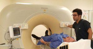 Koroner damarların, koldaki bir damardan belirli miktarda kontrast madde enjekte edilirken, bilgisayarlı tomografi (CT) kullanılarak eş zamanlı olarak dijital ortamda görüntülenmesi ile kalbin ince kesitli görüntülerinin görüntülenmesidir. Sanal anjiyografi nasıl yapılır? Prosedür, kola bir damlalık enjekte edilmiş gibi gerçekleştirilir; Toplar koldan bir damara yerleştirilir. Sanal koroner anjiyografi iki aşamada gerçekleştirilir. İlk adımda, kalbin damarlarında kireçlenmeyi göstermek için kontrast madde kullanılmadan direkt görüntüler alınır. Elde edilen görüntülerde damarlarda oluşabilecek kireçlenmeler matematiksel olarak değerlendirilir. Sanal anjiyografi ile normal anjiyografi arasındaki fark nedir? Hastanın kalp damarlarındaki kireçlenme belirli değerlerin altında ise, o zaman kontrast madde bir damardan enjekte edilir. Bu normal anjiyografinin tersidir. Kesitsel görüntüler bilgisayarda alınır. Bu sonraki kesmeler, bir 3B bilgisayar ortamında görüntülenir. Bu süreçte önemli bir nokta kalp damarlarından geçen kanın görüntüsünün elde edilmesidir. Kalbin tam bir görüntüsünü oluşturmak için, birden çok kalp atışında kaydedilen görüntülerin bir bilgisayar ortamından birleştirilmesi gerekir. Sanal anjiyografinin tamamlanması ne kadar sürer? Sanal anjiyografi yapma süreci aslında çok kısadır. Görüntüler sadece 6-24 saniyede oluşturulur. Prosedür için en önemli şey hasta hazırlığıdır. Prosedürü gerçekleştirmek için kalp atış hızı dakikada yaklaşık 60 olmalıdır. Hastanın nabzı bu seviyedeyse, edinim süreci hemen sonlandırılabilir. Kalp hızı 60 / dk'nın üzerinde olan hastalara ağızdan ve / veya damardan kalp atışını yavaşlatan ilaçlar verilir ve hastanın kalp atış hızı istenen düzeye düştükten sonra işlem tamamlanır. Bu, bazı hastalar için uzun zaman alabilir. Sanal anjiyografinin yan etkileri nelerdir ve zararlı mıdır? Sanal anjiyografinin en önemli avantajı klasik anjiyografiye gerek olmamasıdır. Sanal anjiyografi sırasında hasta bir miktar radyasyon alır ve işlem sı